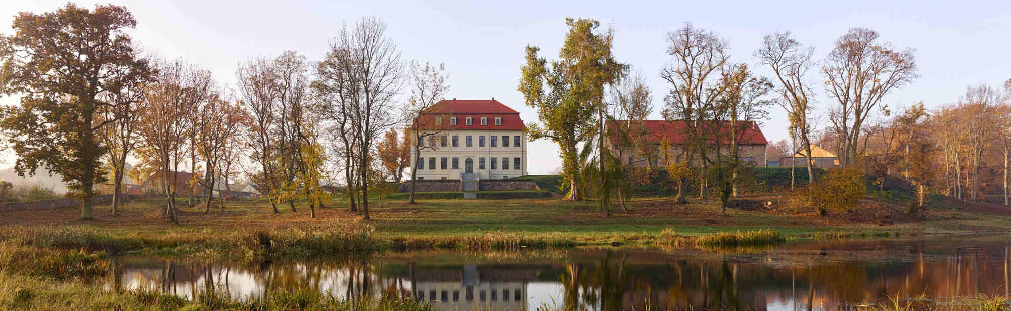uckermark-Gutshof-Fredenwalde_Ansicht-mit-see