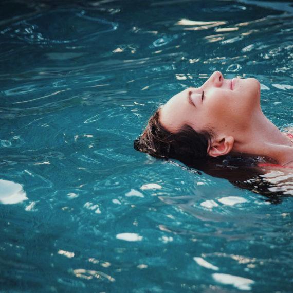 gutshof-fredenwalde-pool-unsplash